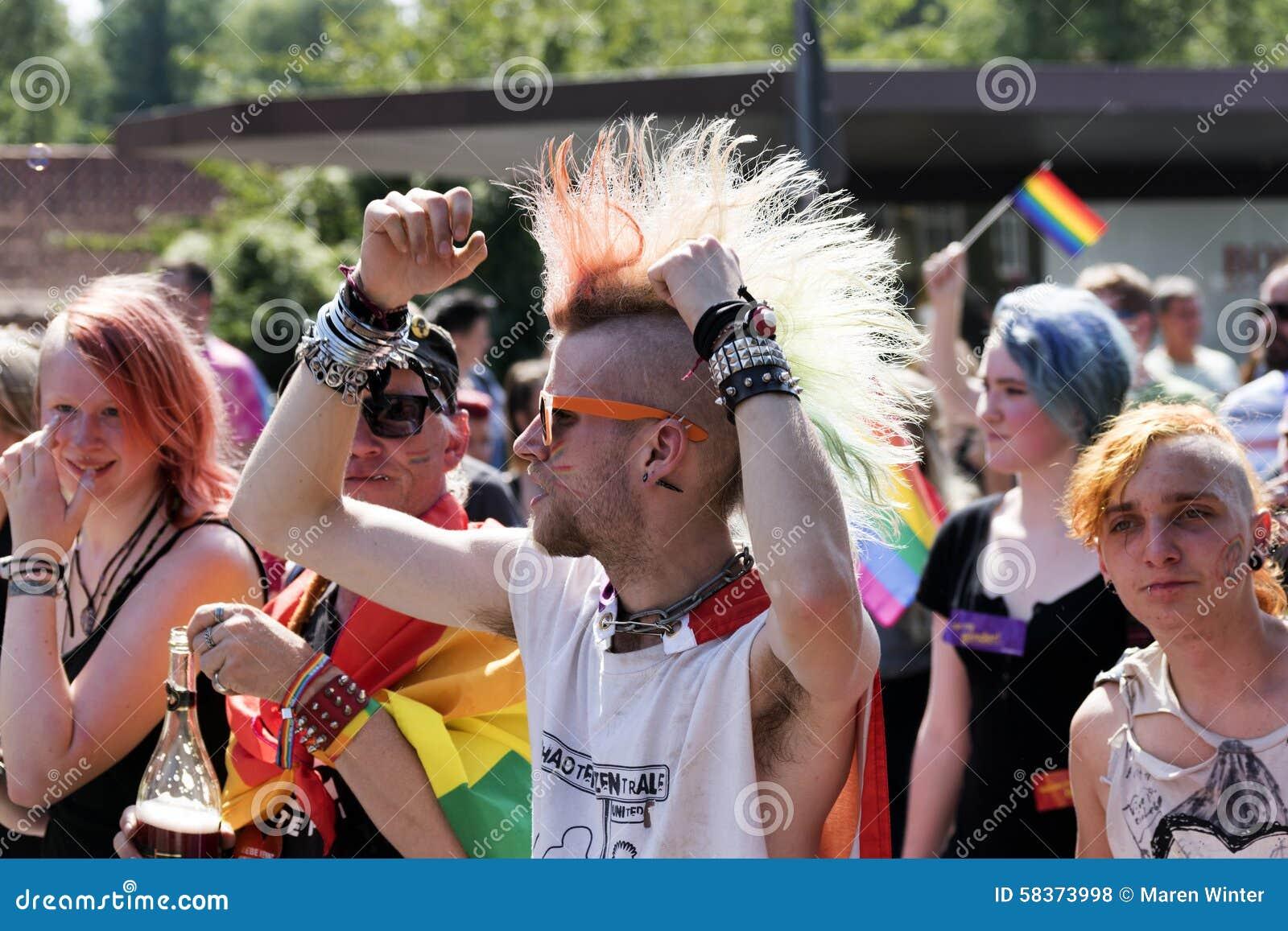 Desfile de orgullo gay de la CDS en Luebeck, Alemania 2015, punkies y rainbo