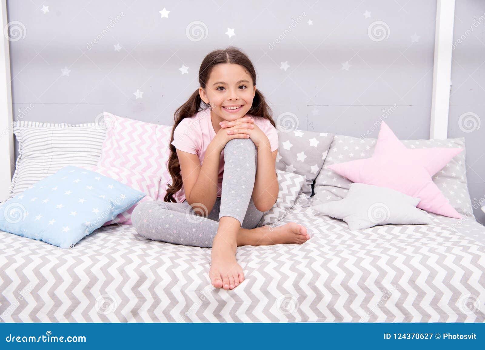 Desideri i suoi sogni dolci Il bambino della ragazza si siede sul letto la sua camera da letto Il bambino prepara va a letto Il t