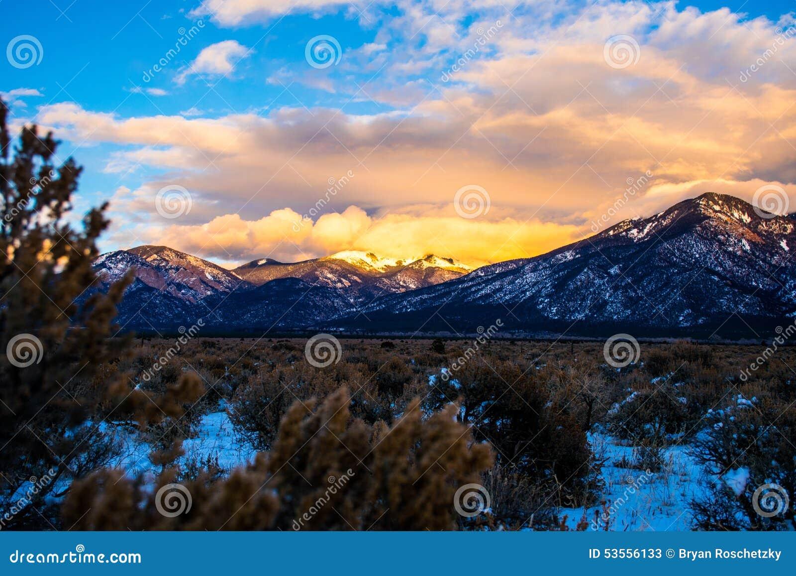 Desierto nevado del invierno de Taos New México Sangre