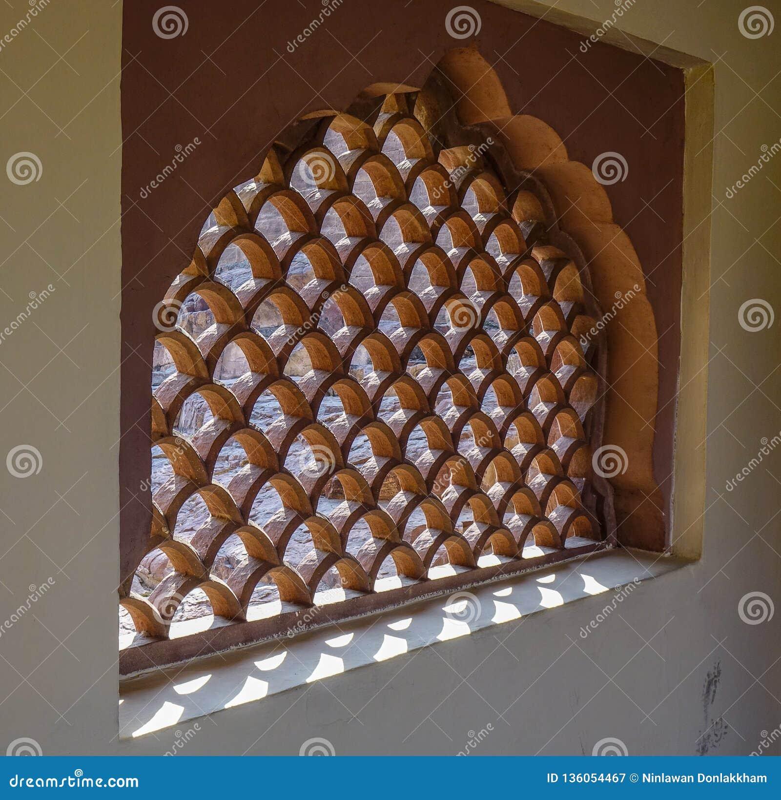 Design av det sned fönstret i hinduisk tempel