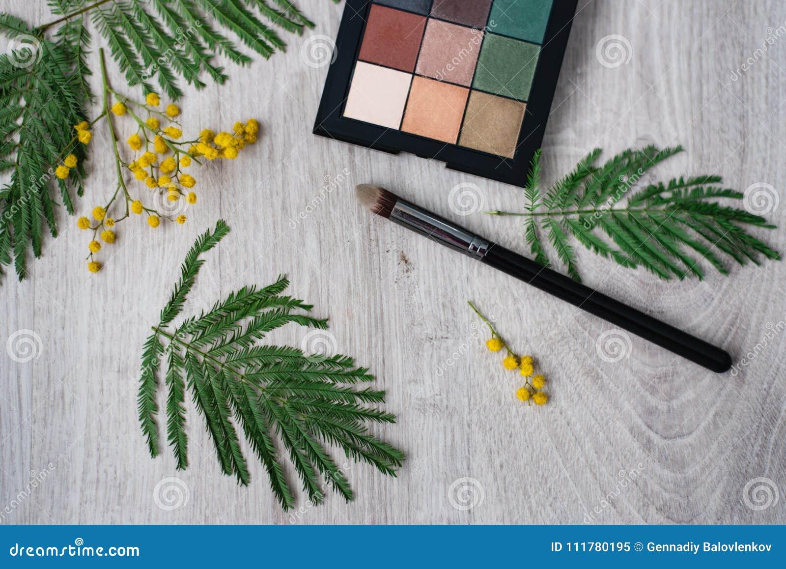 Design-Blumenmit blumenzusammensetzung des Stilllebens dekorative gemacht von den Mimosen auf einem hölzernen Hintergrund