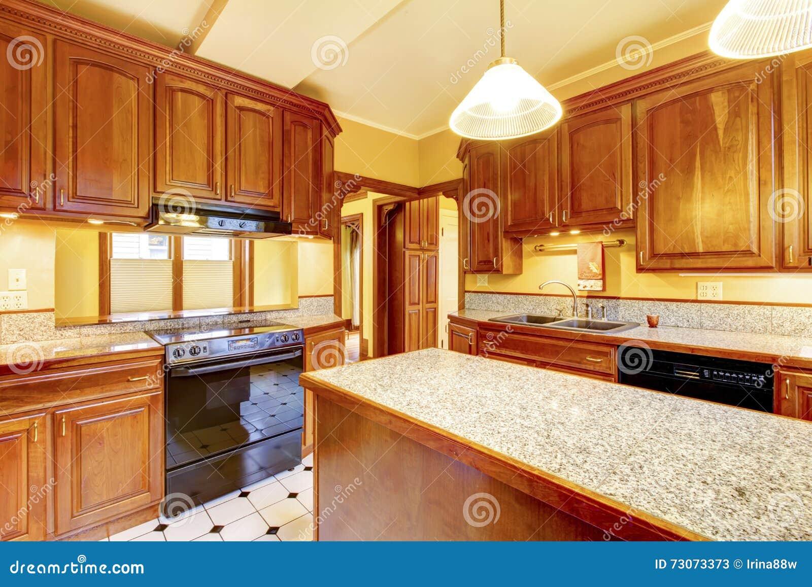 Design De Interiores Da Cozinha Com Ilha Bancada Do Granito E Telha