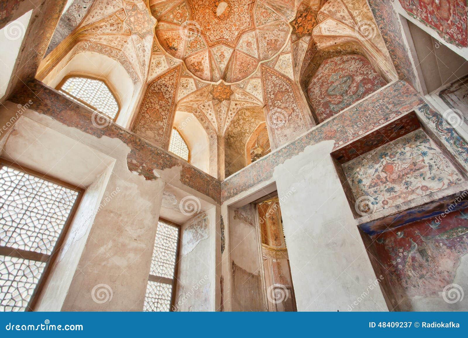 Design de interiores do teto e das colunas no palácio Hasht Behesht em Isfahan