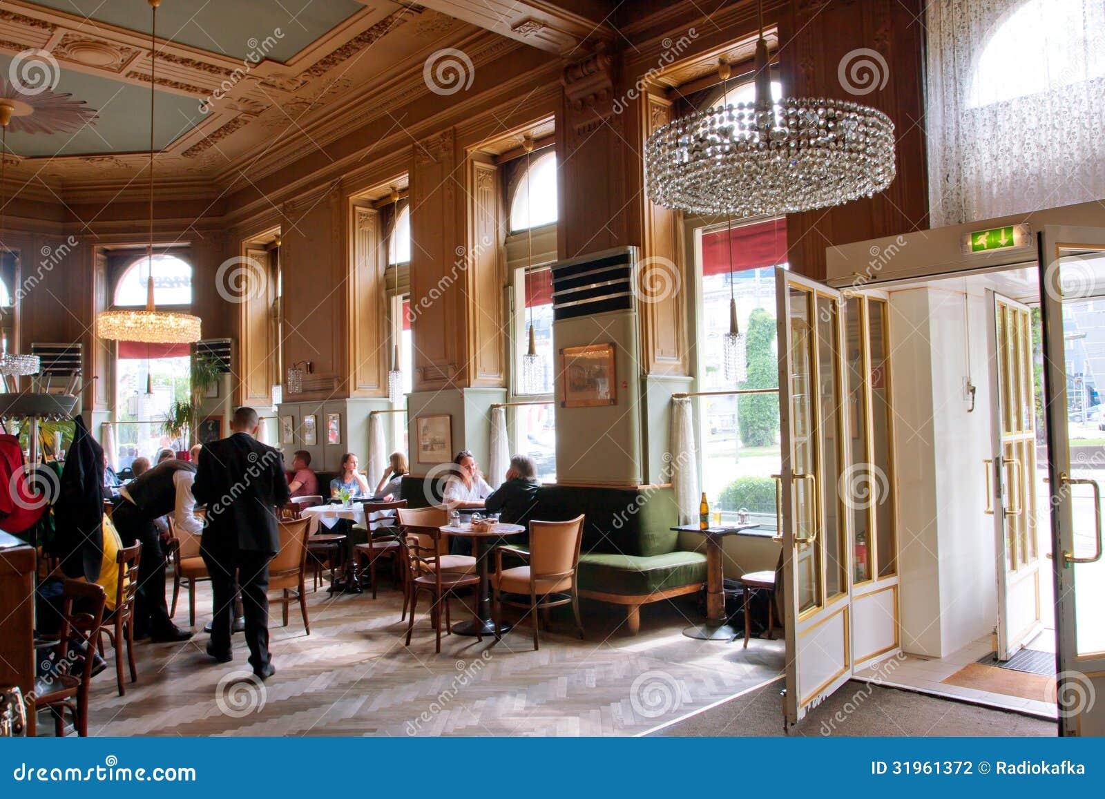 Design de interiores e visitantes do café em Vi típico