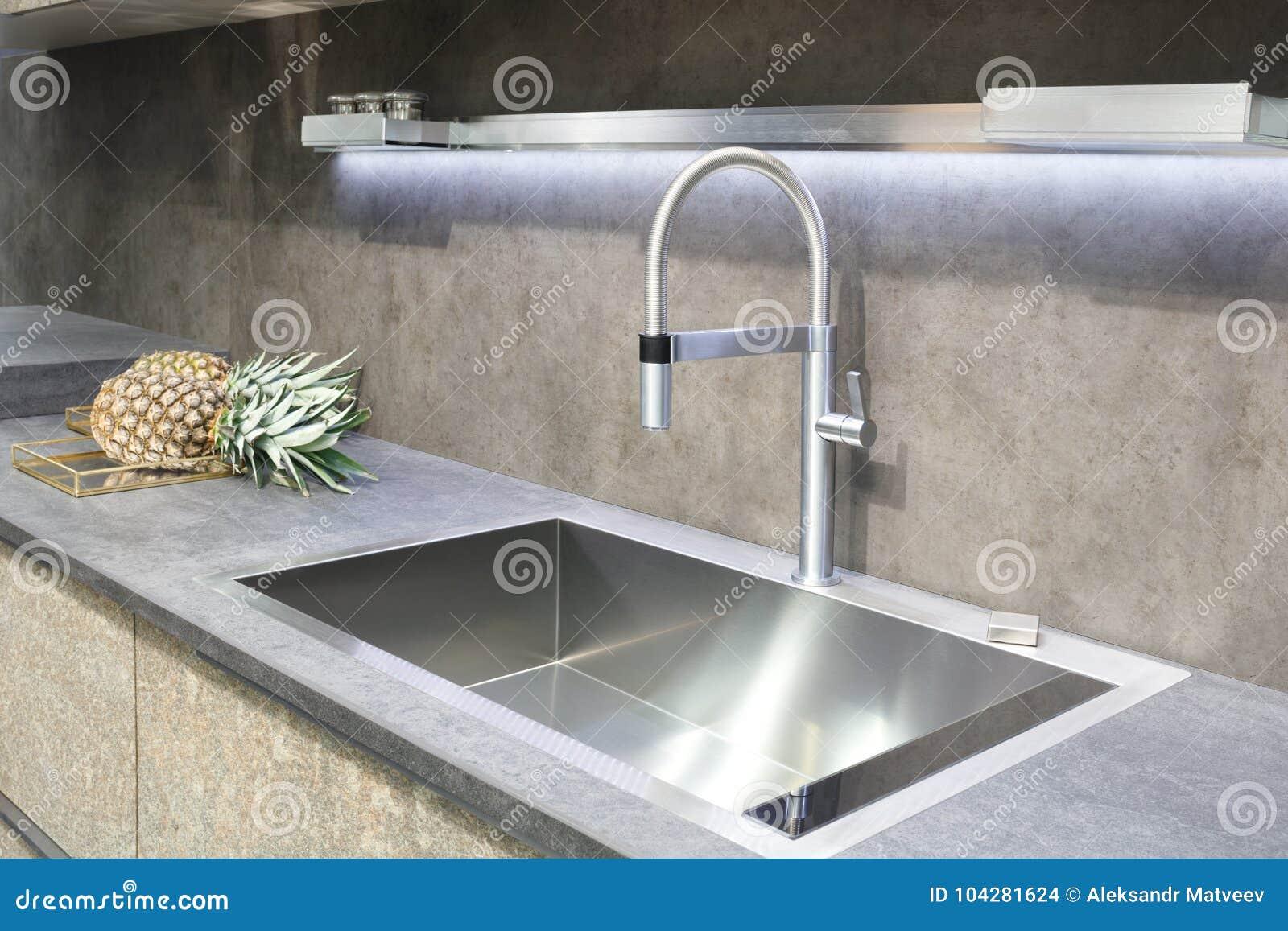 Design de interiores minimalistic da cozinha moderna do cinzento- com misturador e abacaxi