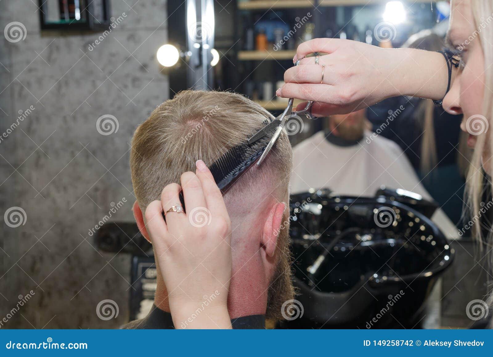 Designazione professionale dei capelli del parrucchiere del loro cliente Il padrone fornisce un taglio di capelli