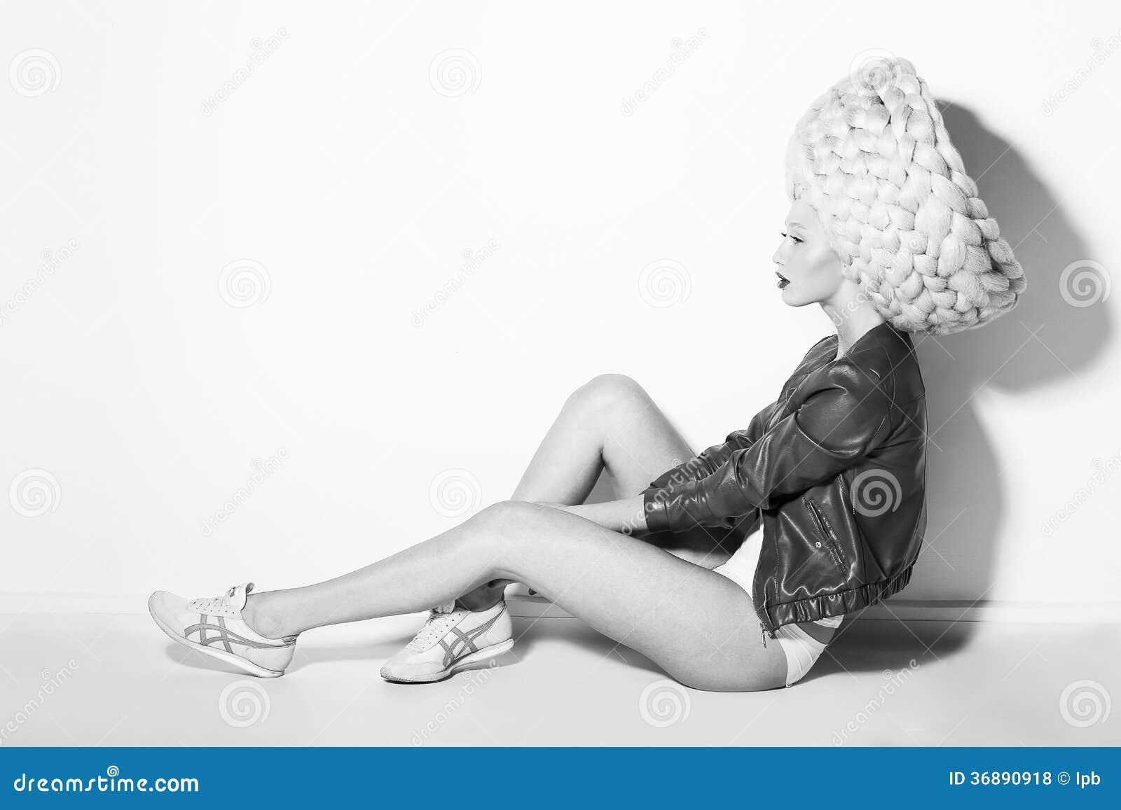 Download Designazione. Profilo Della Donna Singolare Vistosa In Parrucca Bianca Surreale Fotografia Stock - Immagine di nero, arte: 36890918