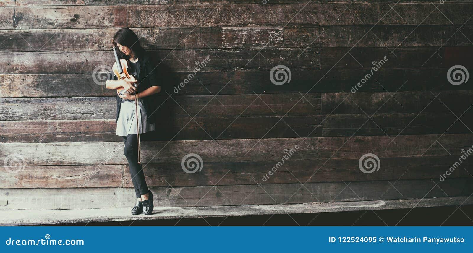 Designbakgrunden för abstrakt konst av damen och fiolen, är hon hållfiolen och pilbågen i henne armar och vändframsidan ner som s