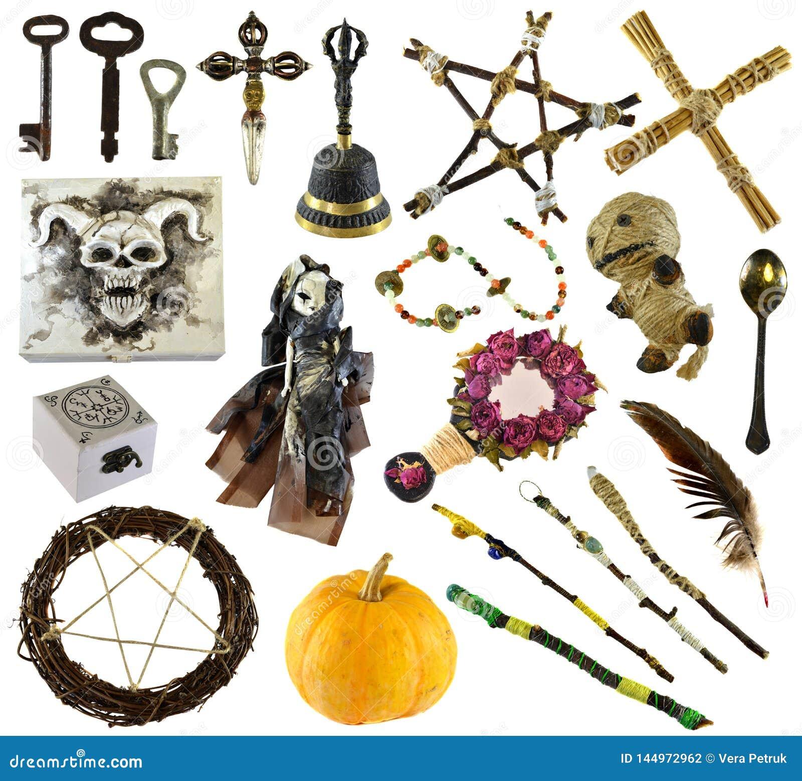 Designen ställde in med rituella objekt med voodoodockan, pentagramen, pumpa som isolerades på vit