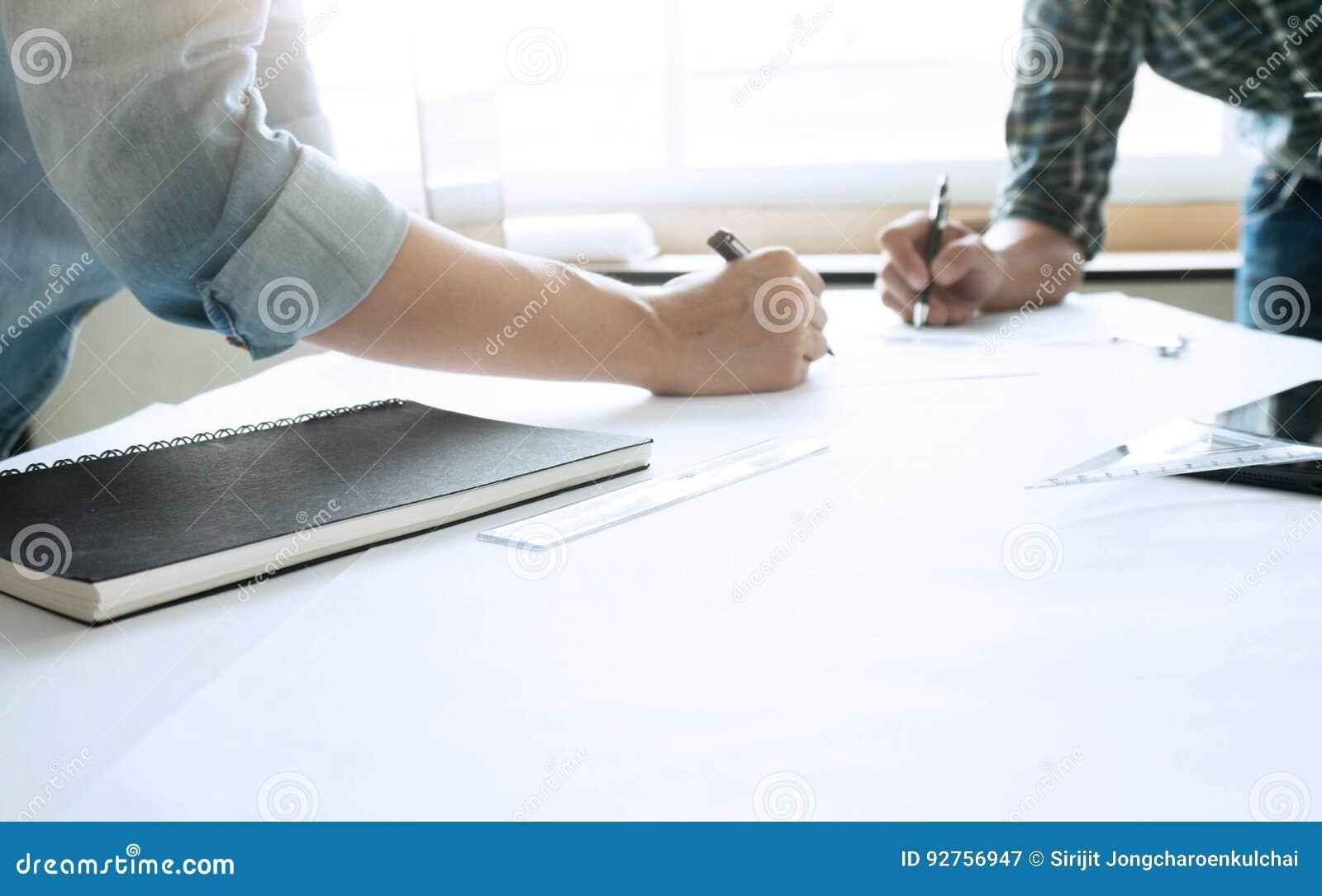 Designer de interiores Cooperation Corporate Achieveme de dois colegas
