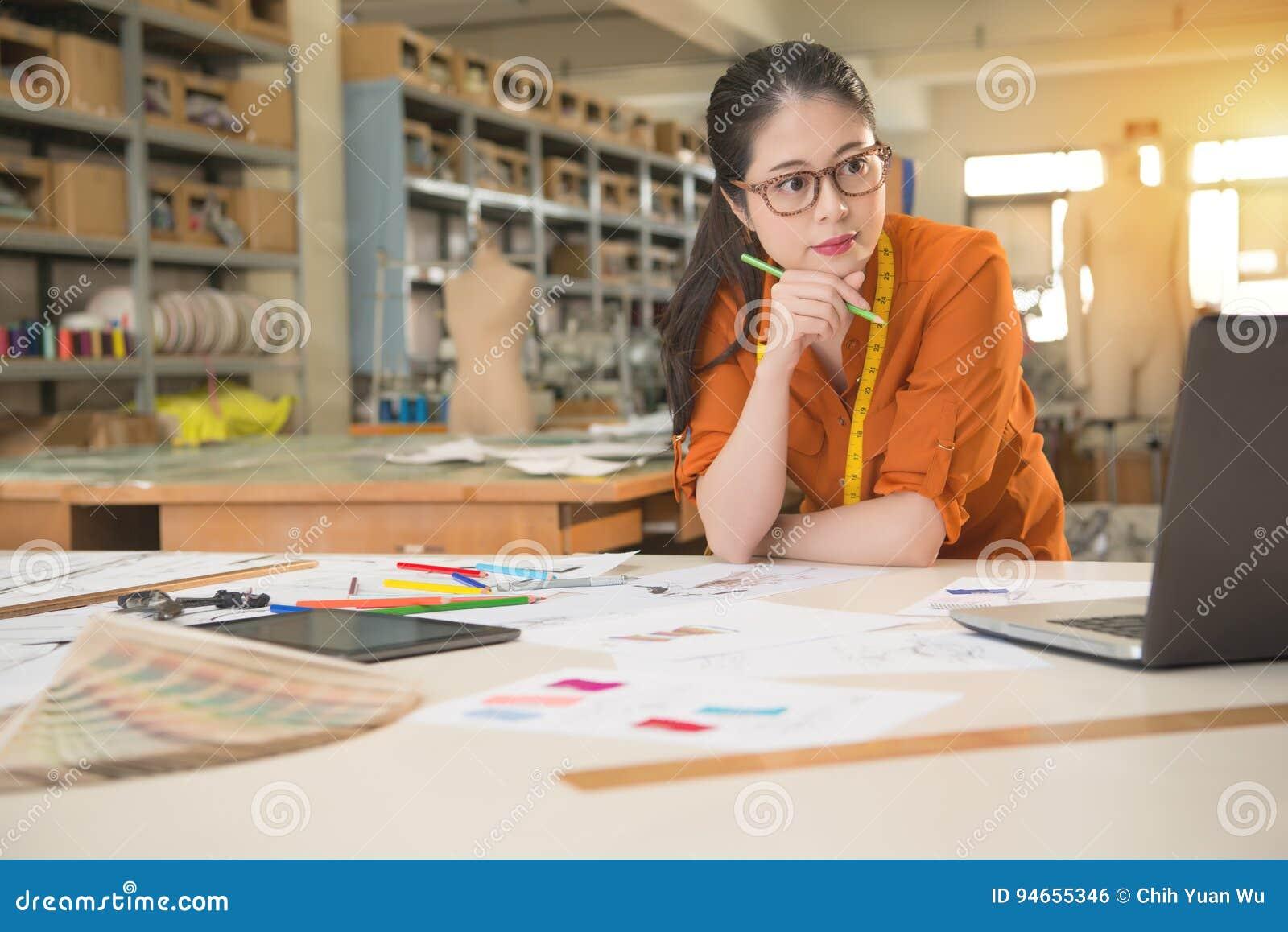 Designer, der Computerforschung verwendet