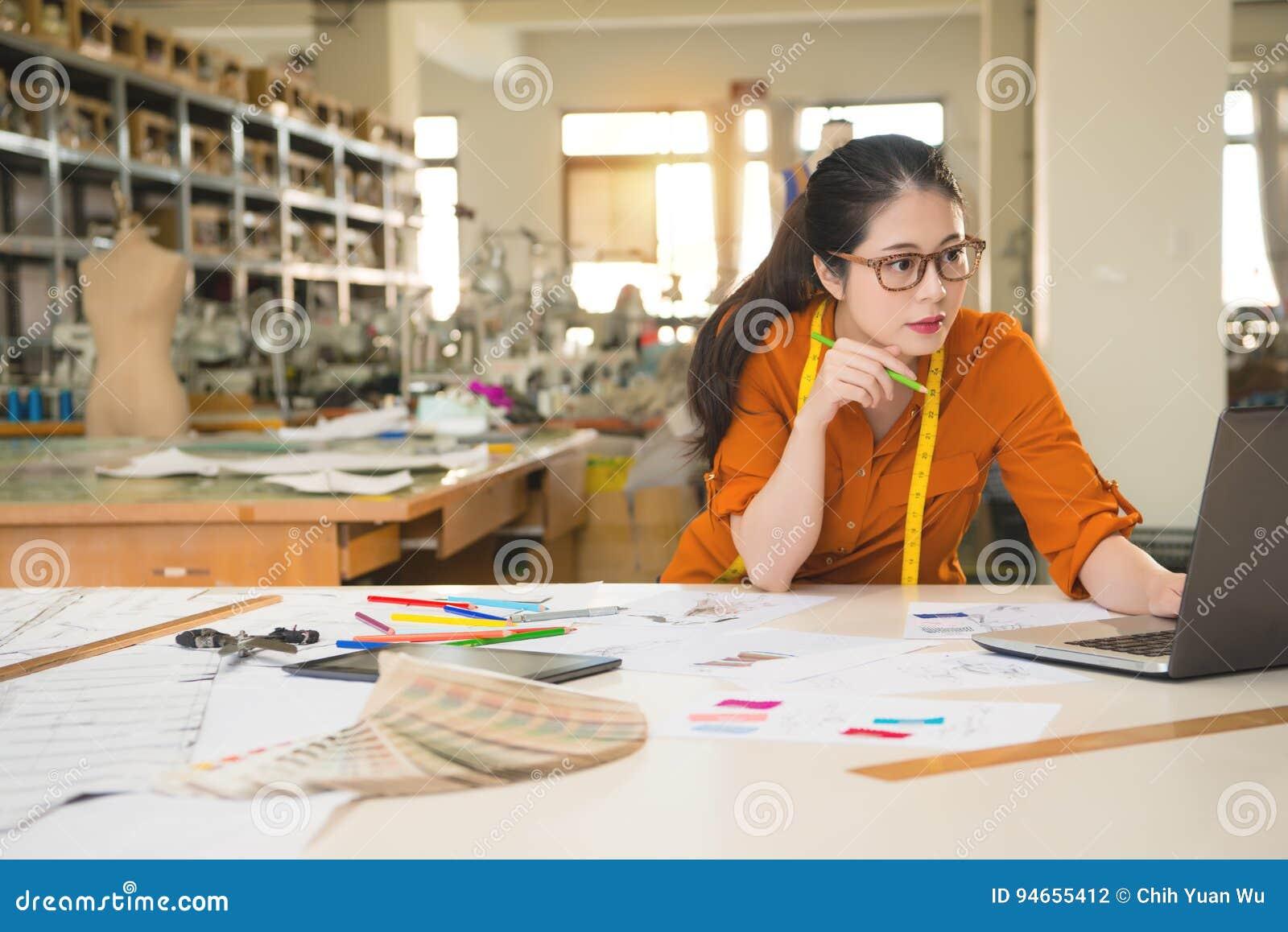 Designer, der Notizbuchforschungsmarkt verwendet