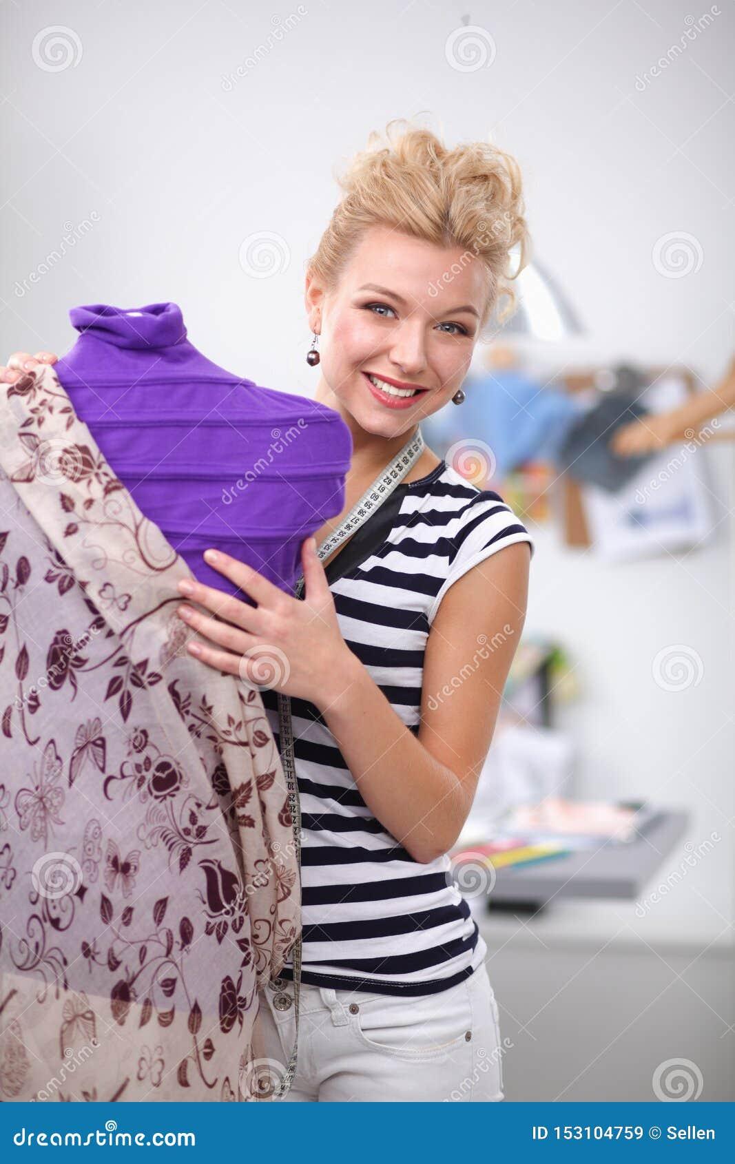 Designer-Frauenstellung der Mode junge nahe Mannequin