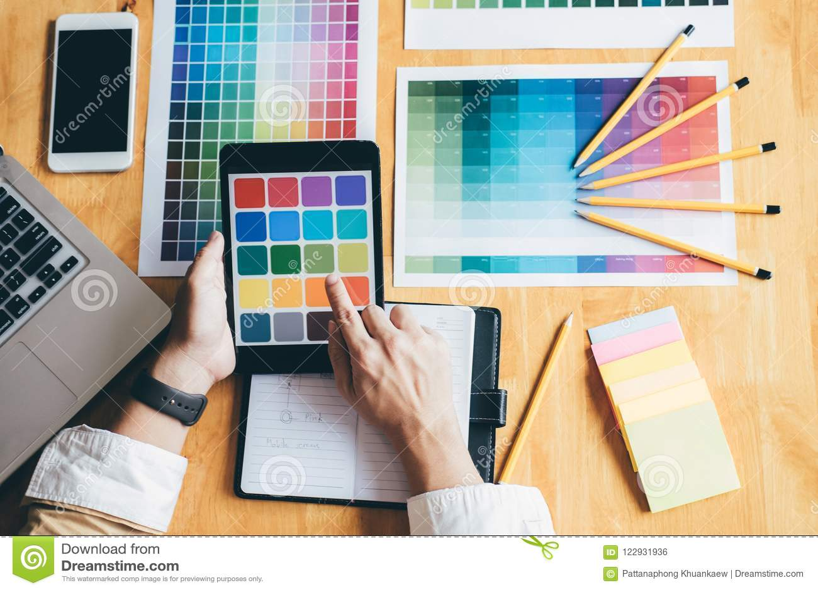 Designer gráfico criativo novo que usa a tabuleta de gráficos ao choosin