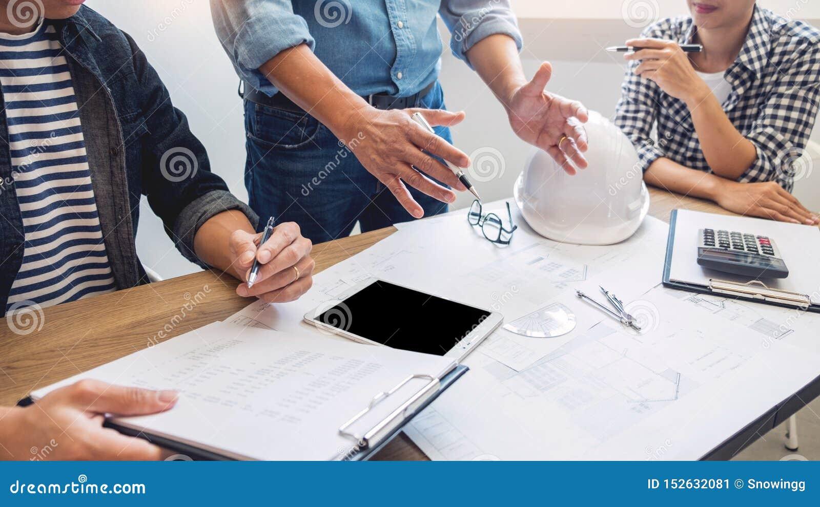 Designer im Büro bearbeiten Diskussions-Plan-Architekten auf einer neuen Teamwork des Projekt Entwurfs-abgehobenen Betrages auf h