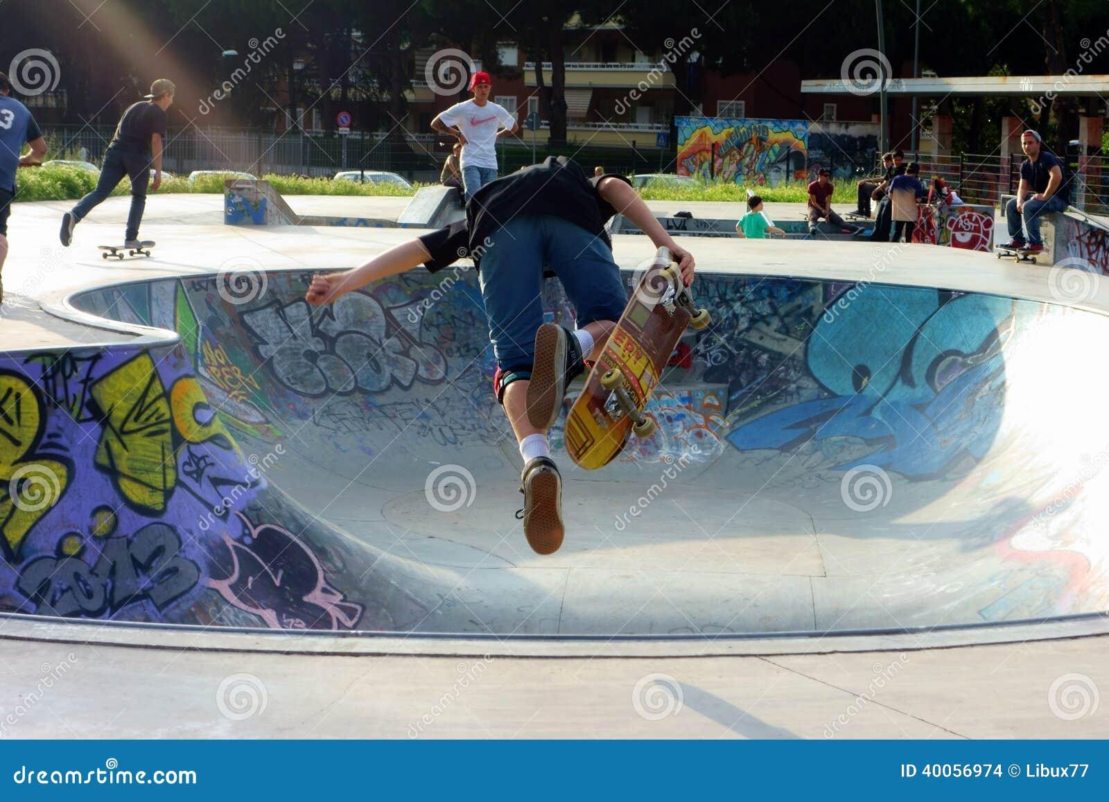 Deskorolkarz chłopiec Jeździć na deskorolce Powietrznego ruch
