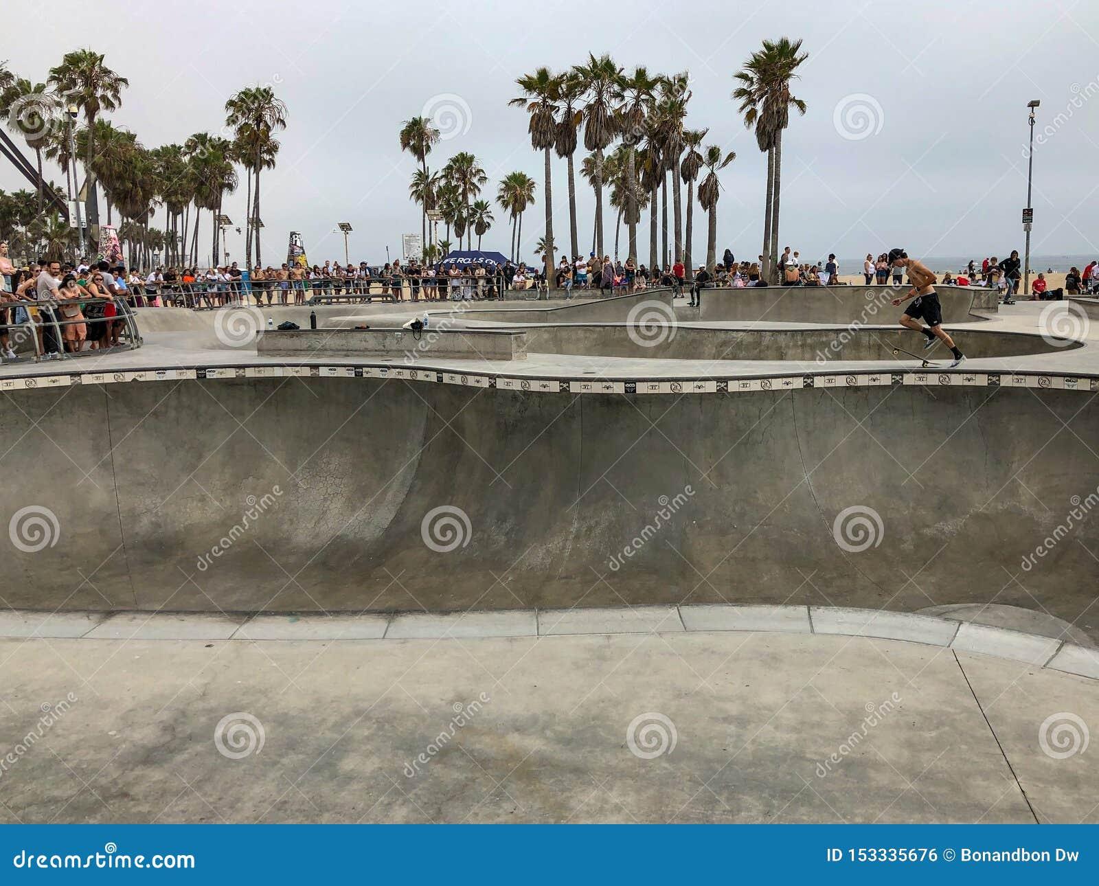 Deskorolkarz przy Venice Beach łyżwy parka basenem