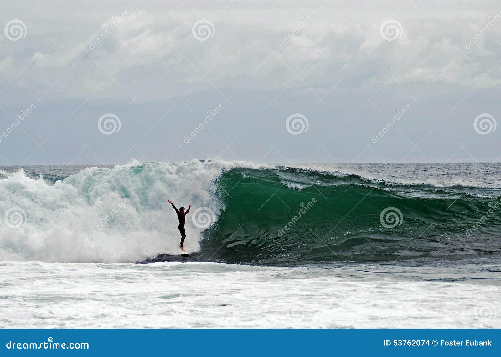 Deskowy surfingowiec jedzie fala przy strumykami ulica, laguna beach, Kalifornia