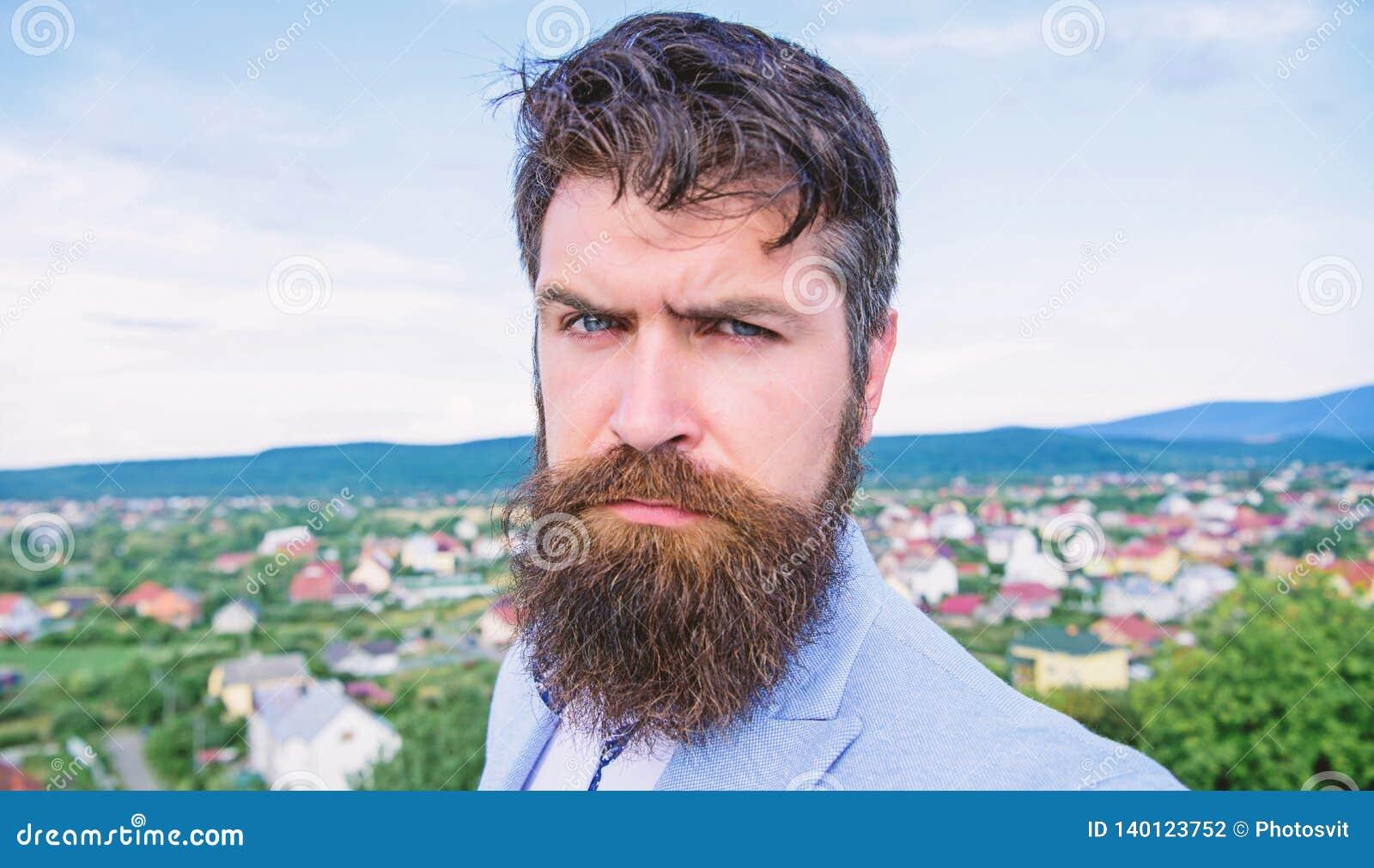Deskundige uiteinden voor het kweken van en het handhaven van snor Hipster ernstige knappe aantrekkelijke kerel met lange baard G