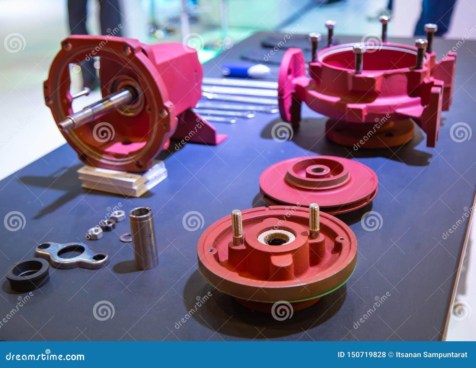 Desmontagem das peças da bomba da indústria