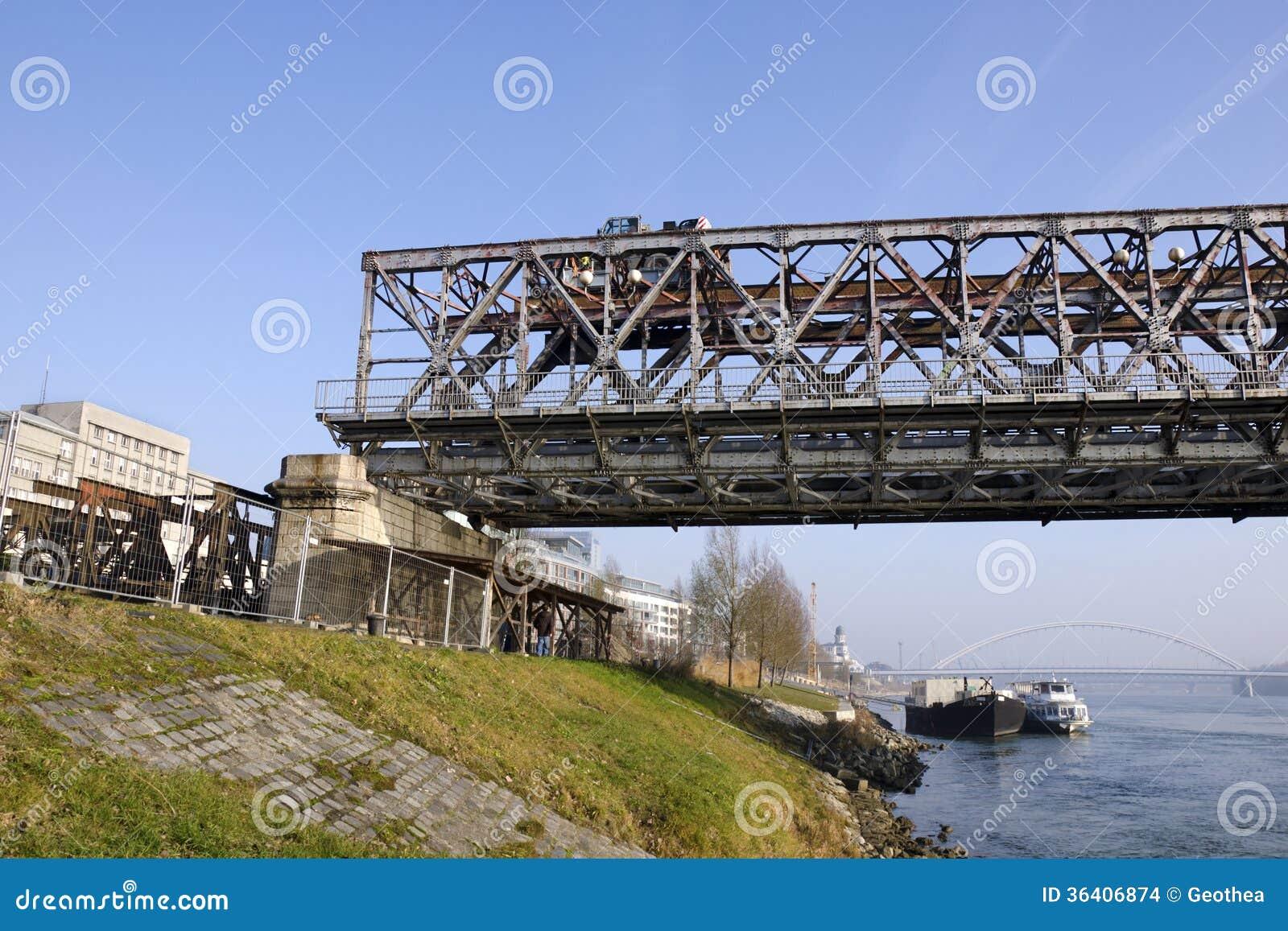 Desmontando o Stary a maioria de ponte em Bratislava