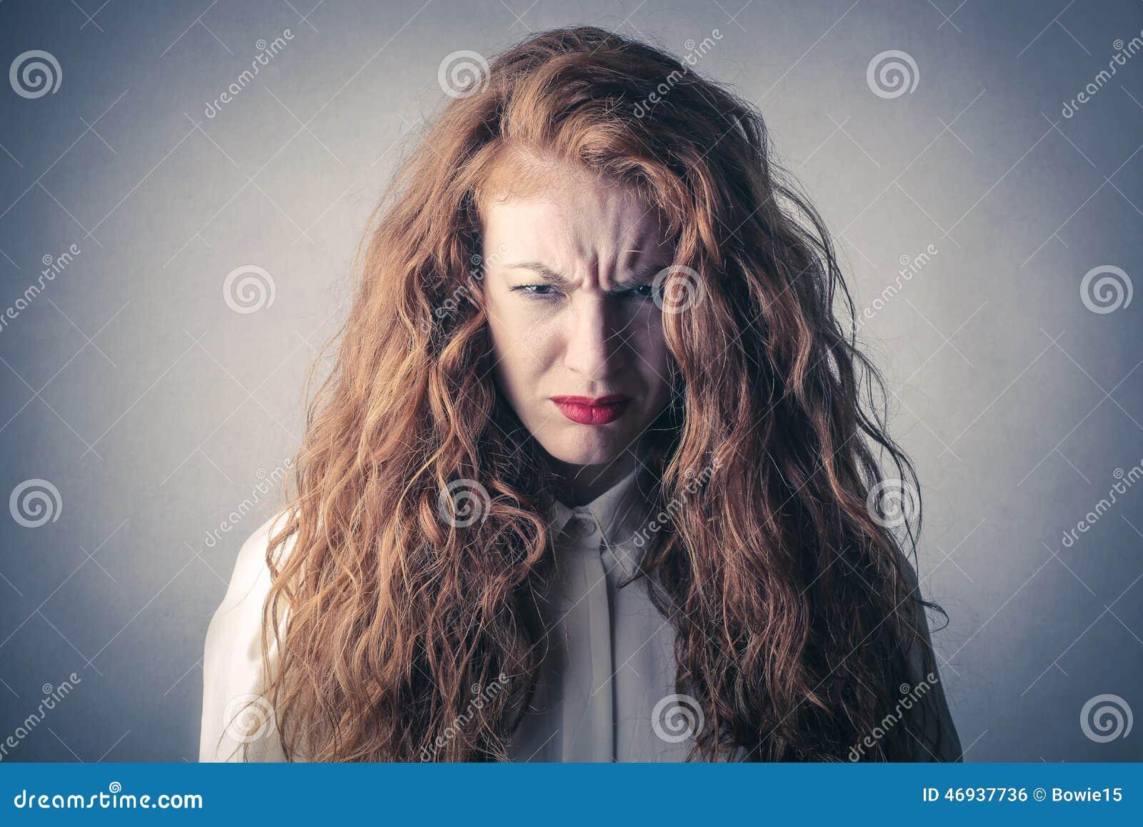 Desperat och ilsken kvinna