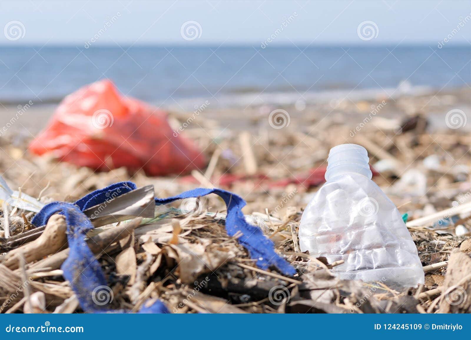 Desperdício e lixo do plástico em Sandy Beach Conceito do problema da poluição ambiental