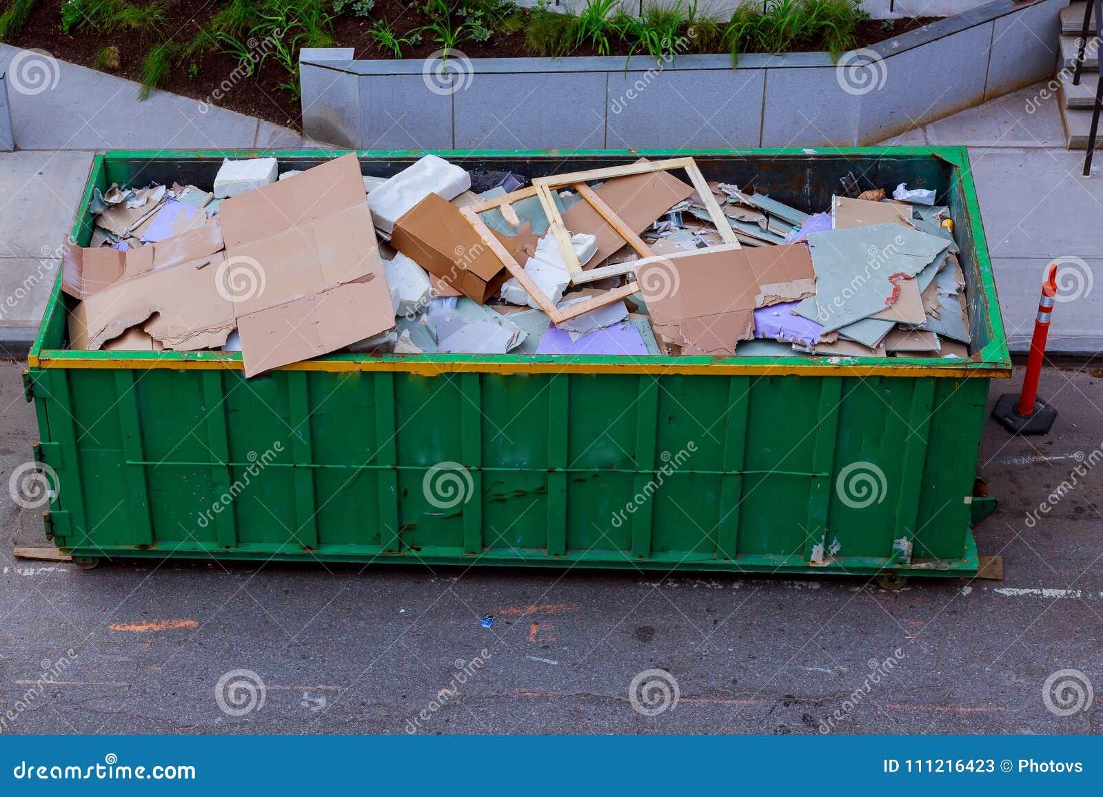 Desperdício em um recipiente do metal, renovação home da construção da casa