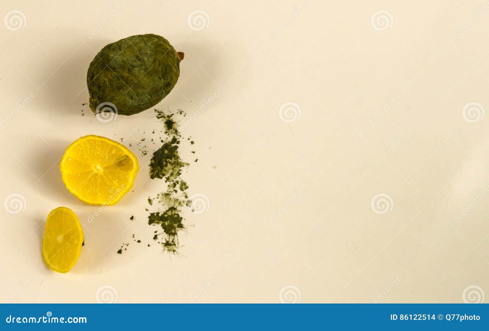 Desperdício mau amarelo deteriorado do fruto do limão, o mofado e o podre do alimento, t