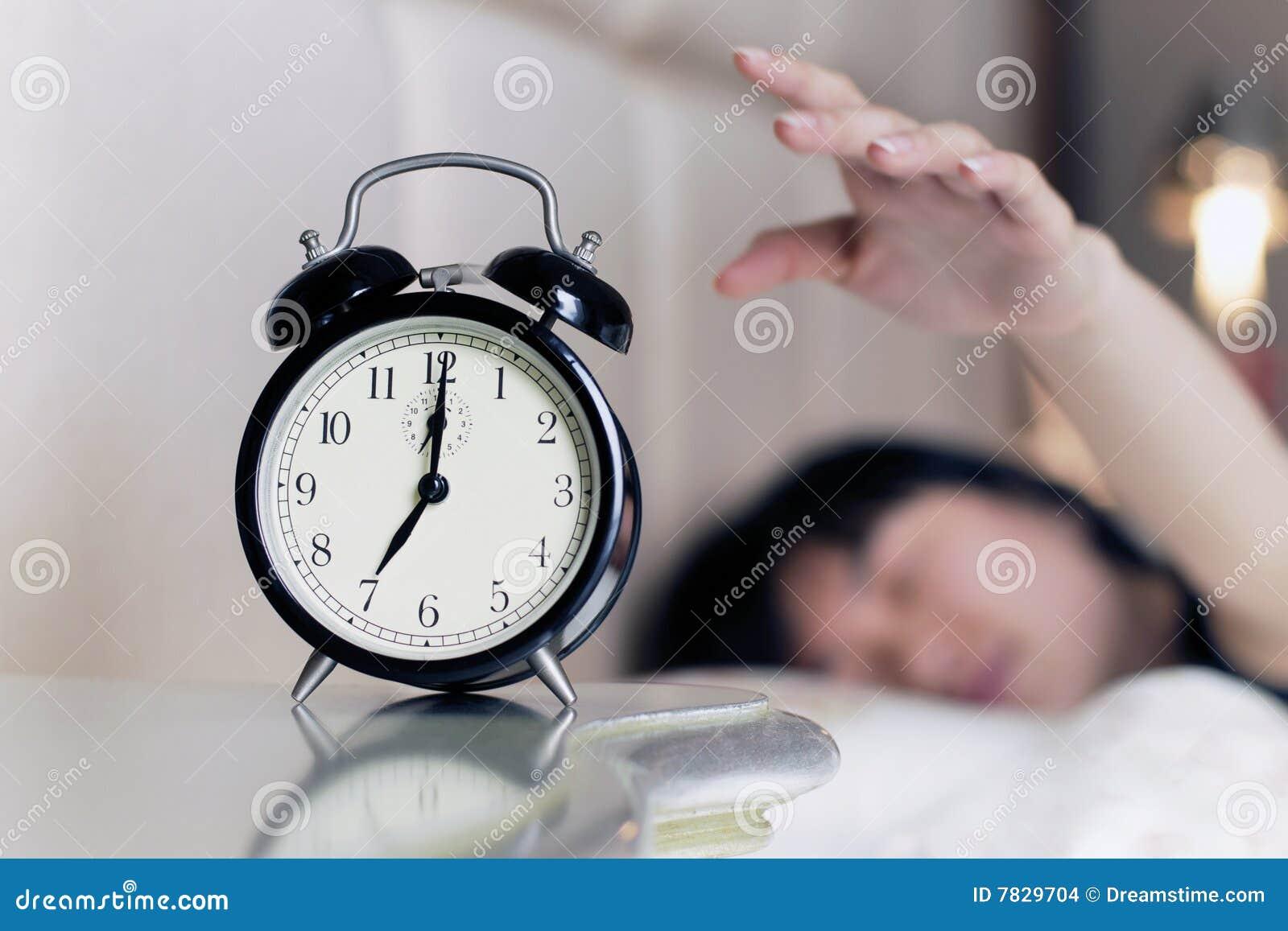 Despertado por el ruido del reloj de alarma