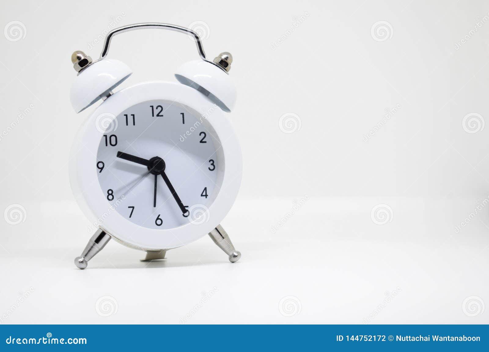 Despertador branco no fundo branco
