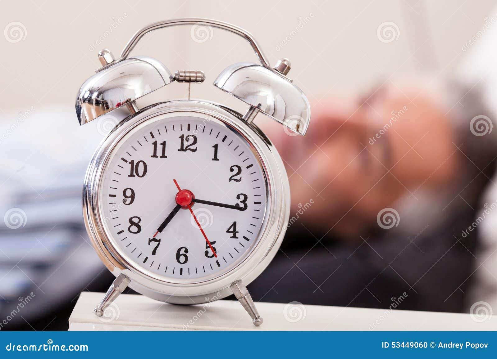 Despertador en Front Of Man Sleeping