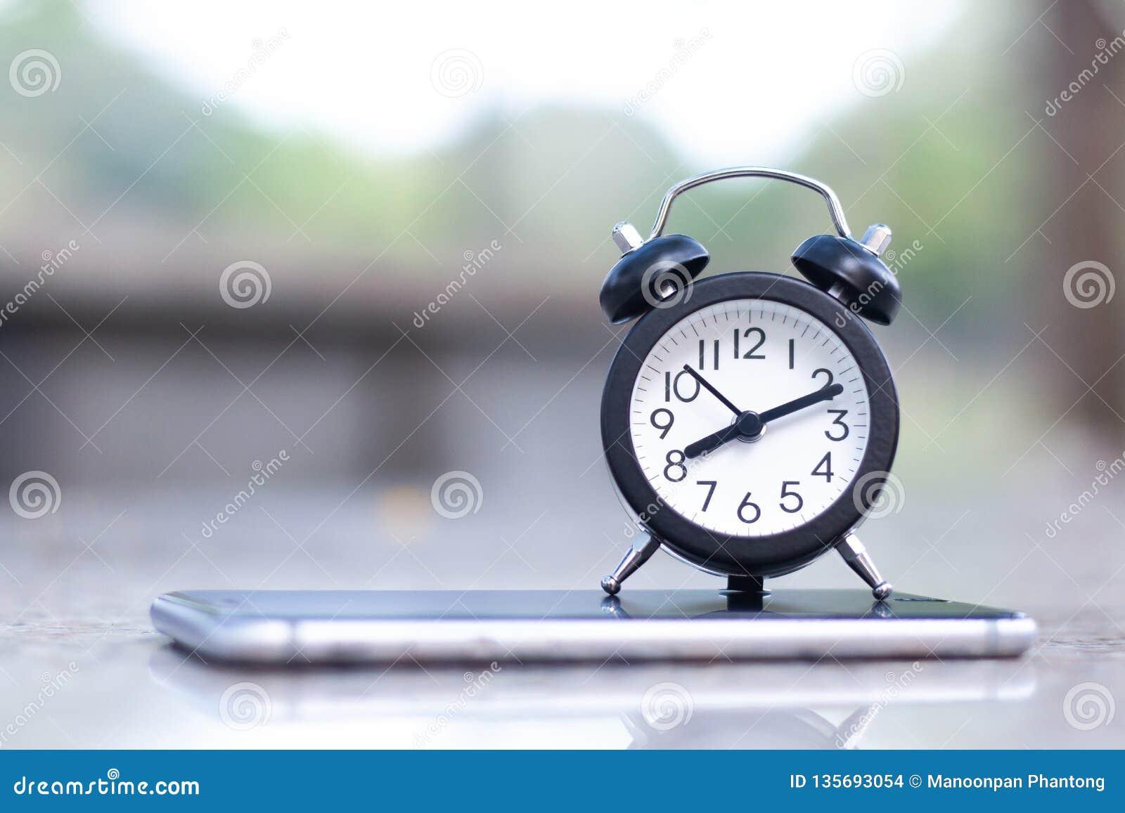 Despertador no telefone esperto móvel com espaço da cópia