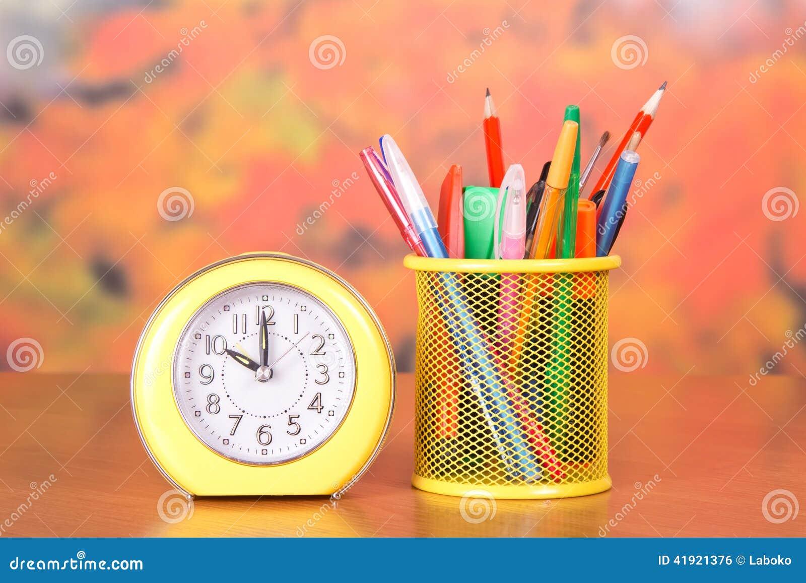 Despertador, soporte con los lápices y manijas