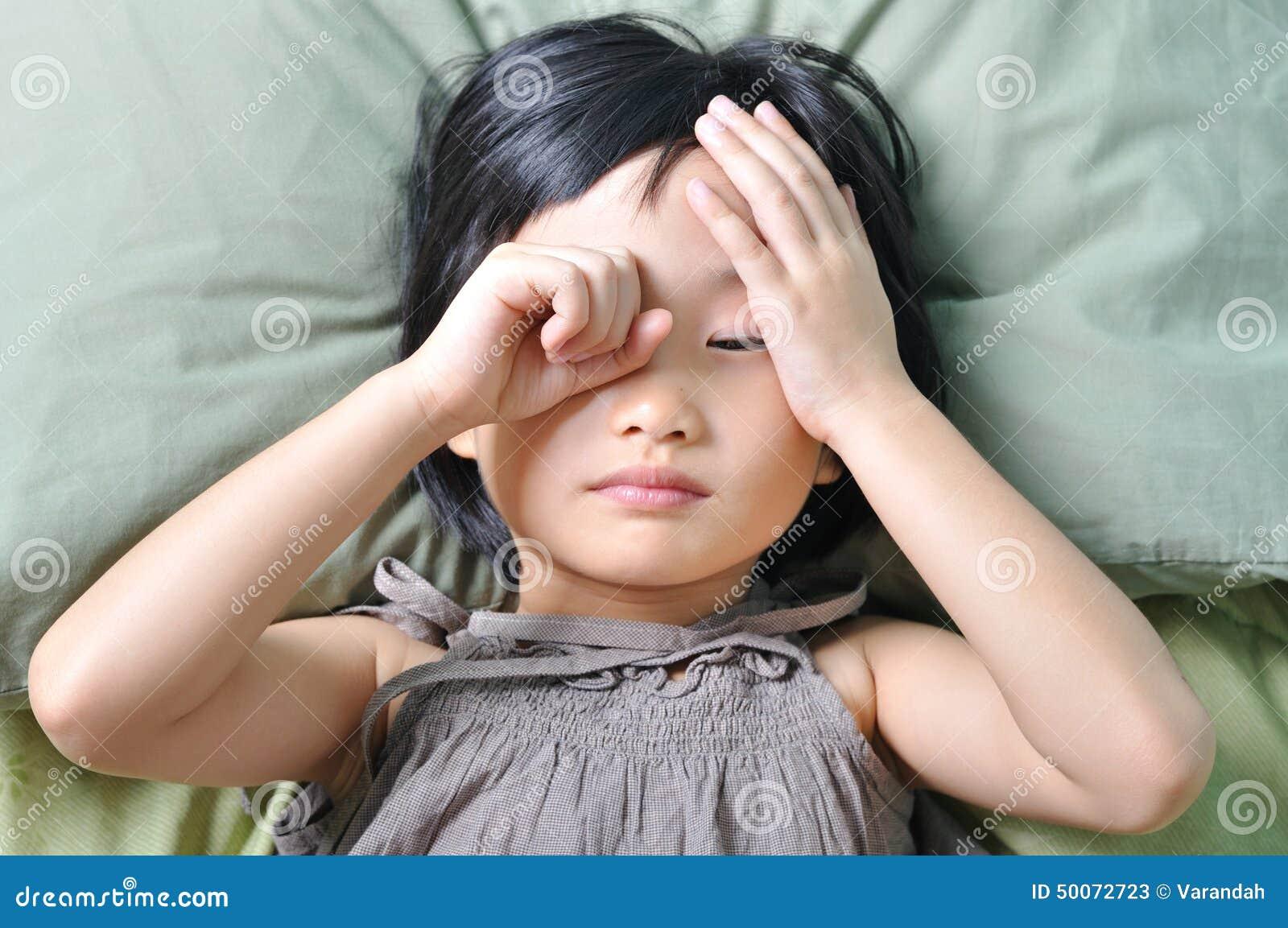 Despierte de pequeño niño asiático soñoliento
