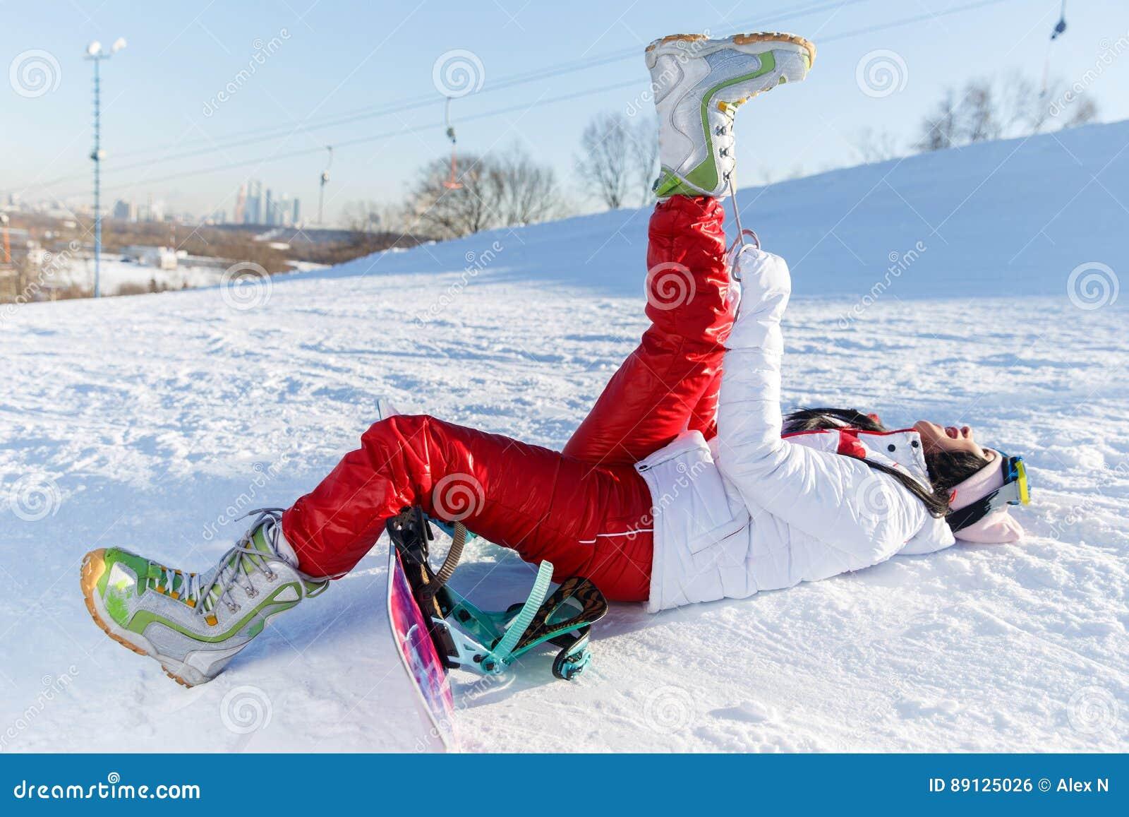 Desportista com o snowboard no sportswear