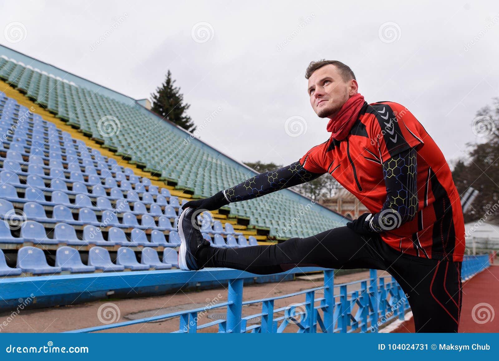 Desportista que faz o esticão no estádio