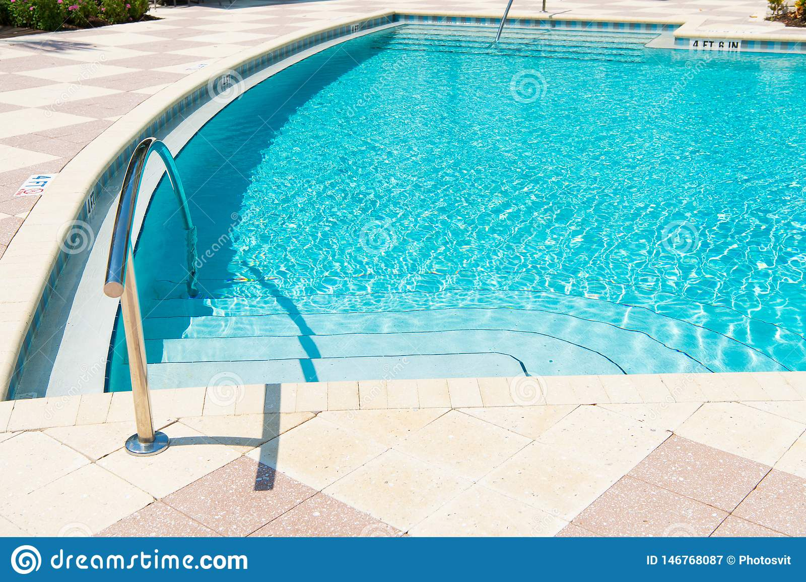 Despreocupado relaxe recurso das caraíbas do paraíso ?gua da piscina ?gua azul A água é grande Vida da praia F?rias de ver?o