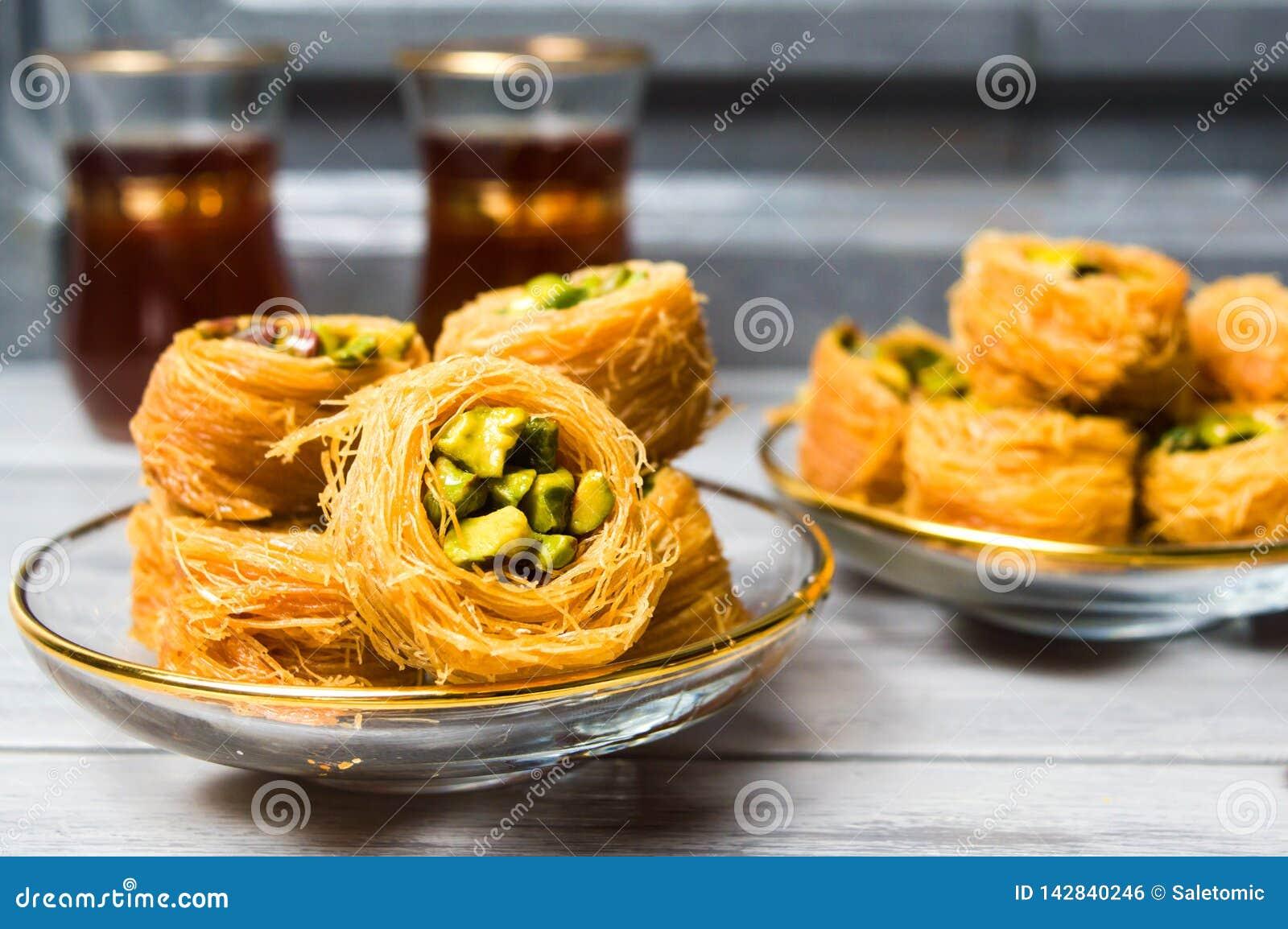 Dessert arabe avec la pistache avec le thé