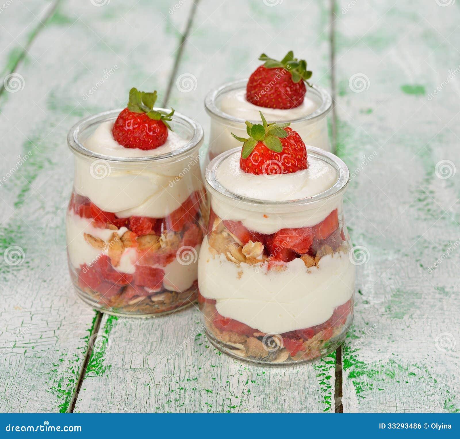 Dessert avec des fraises et le mascarpone image libre de for Dessert avec des cerises fraiches