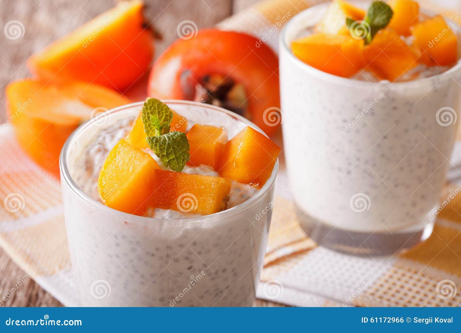 dessert avec des graines de chia et kaki étroit dans un verre sur la