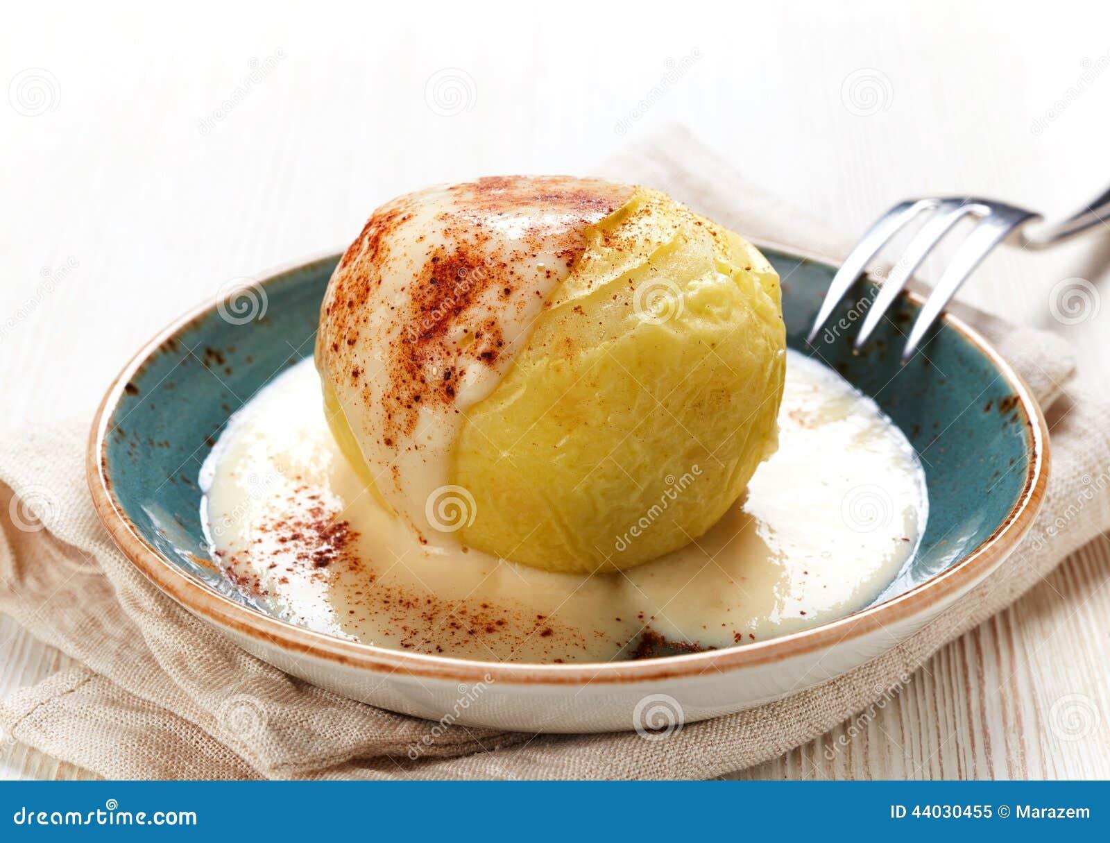 dessert cuit au four de pomme avec de la sauce 224 vanille