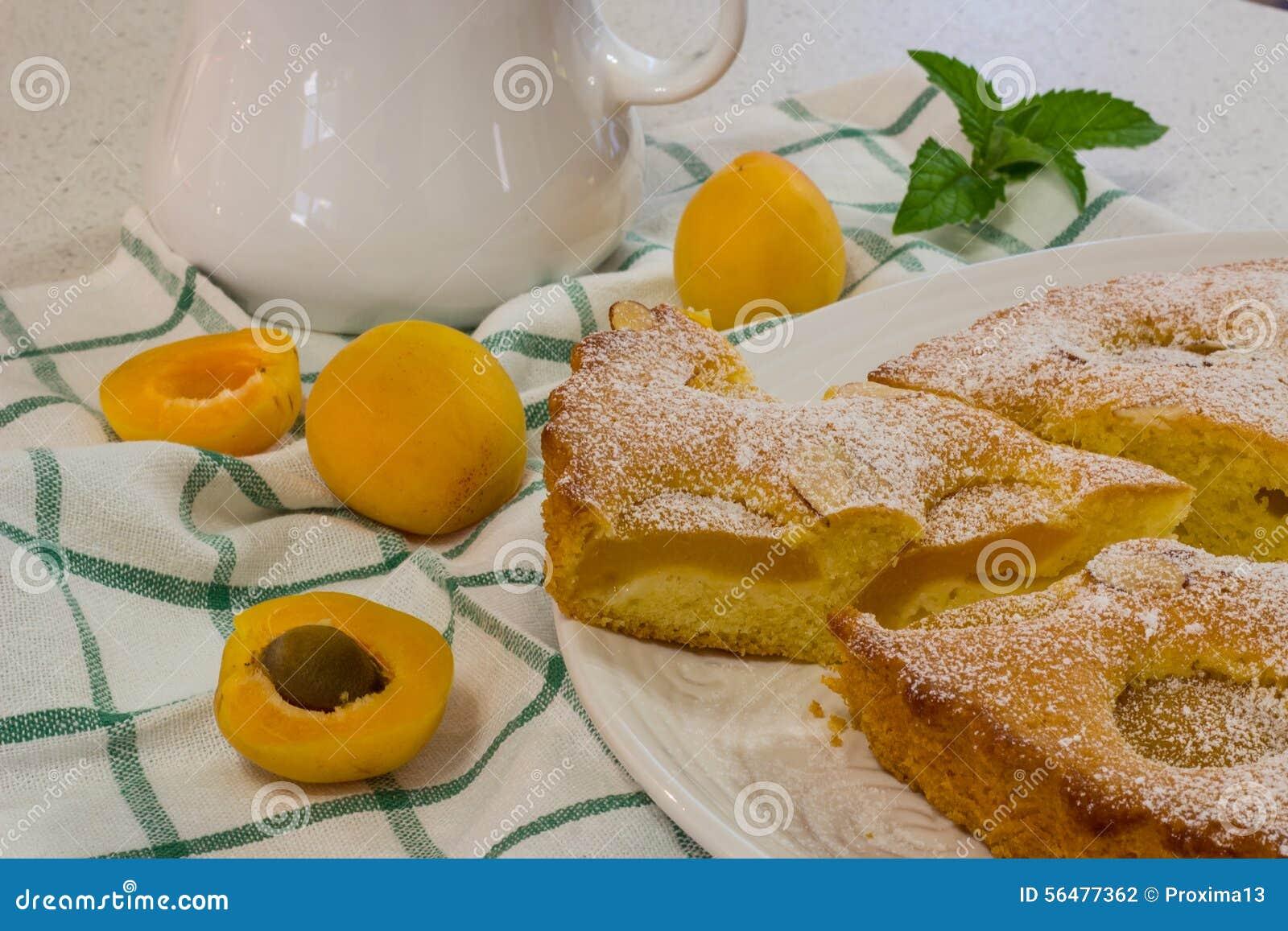 Dessert cuit au four frais de tarte d abricot et d amande