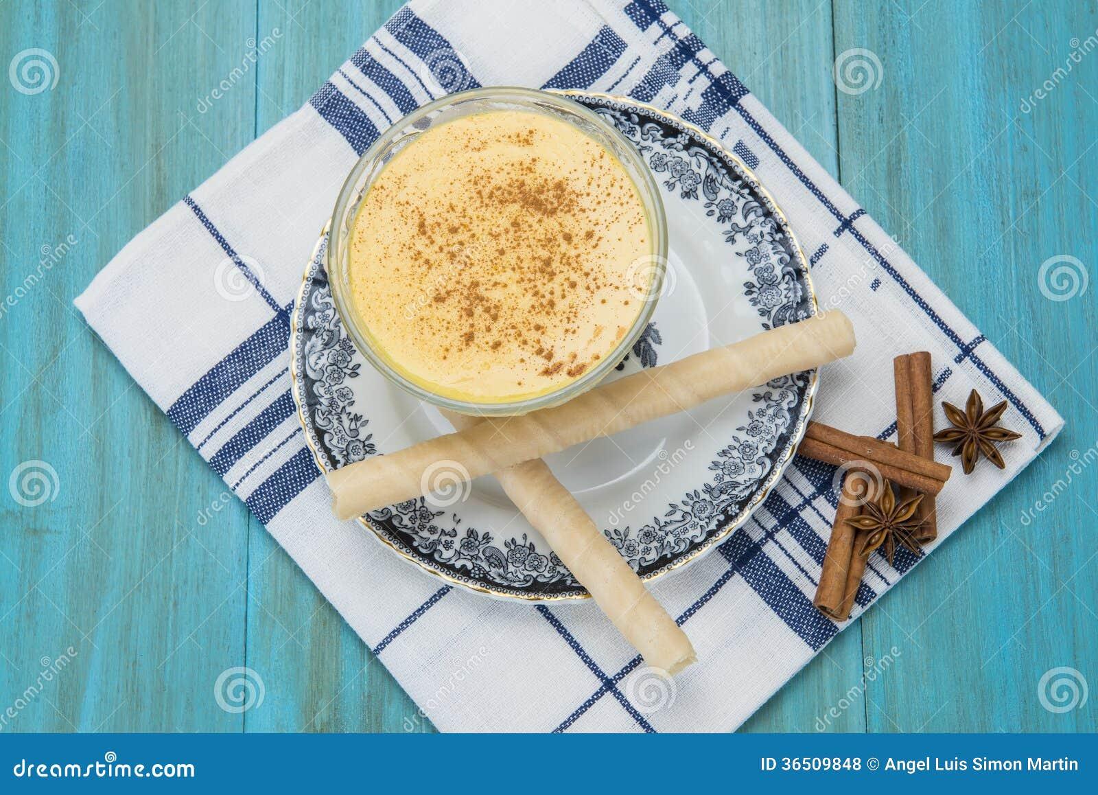 Dessert de crème anglaise dans une tasse en verre