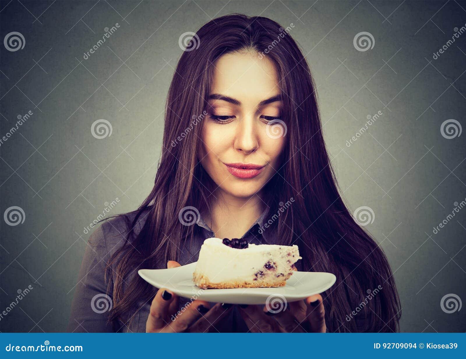 Dessert de gâteau de craving de femme, désireux de manger