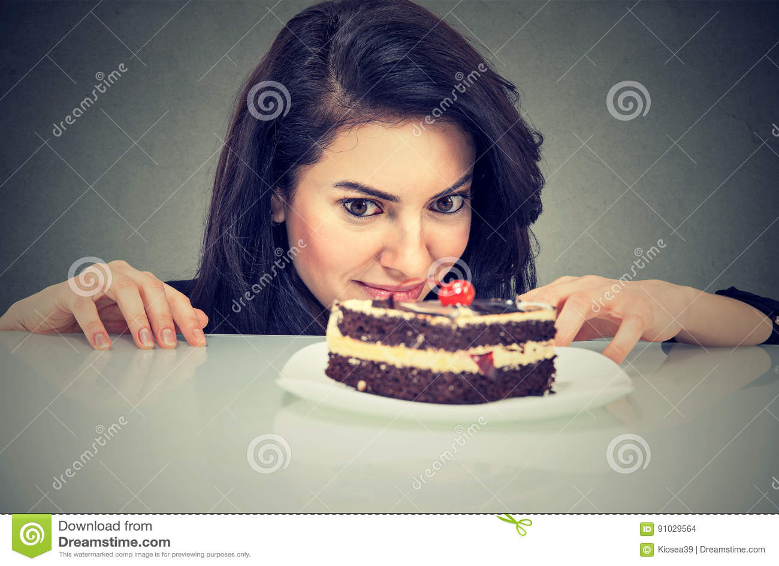 Dessert de gâteau de craving de femme, désireux de manger de la nourriture douce
