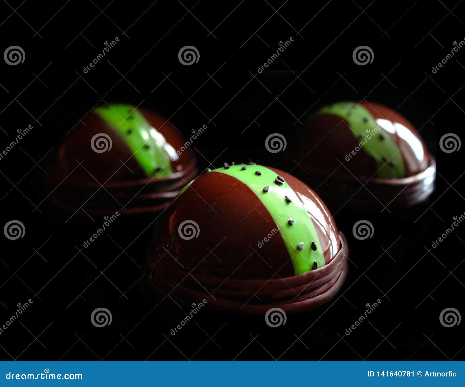 Dessert del cioccolato con la linea verde ed i semi di sesamo neri