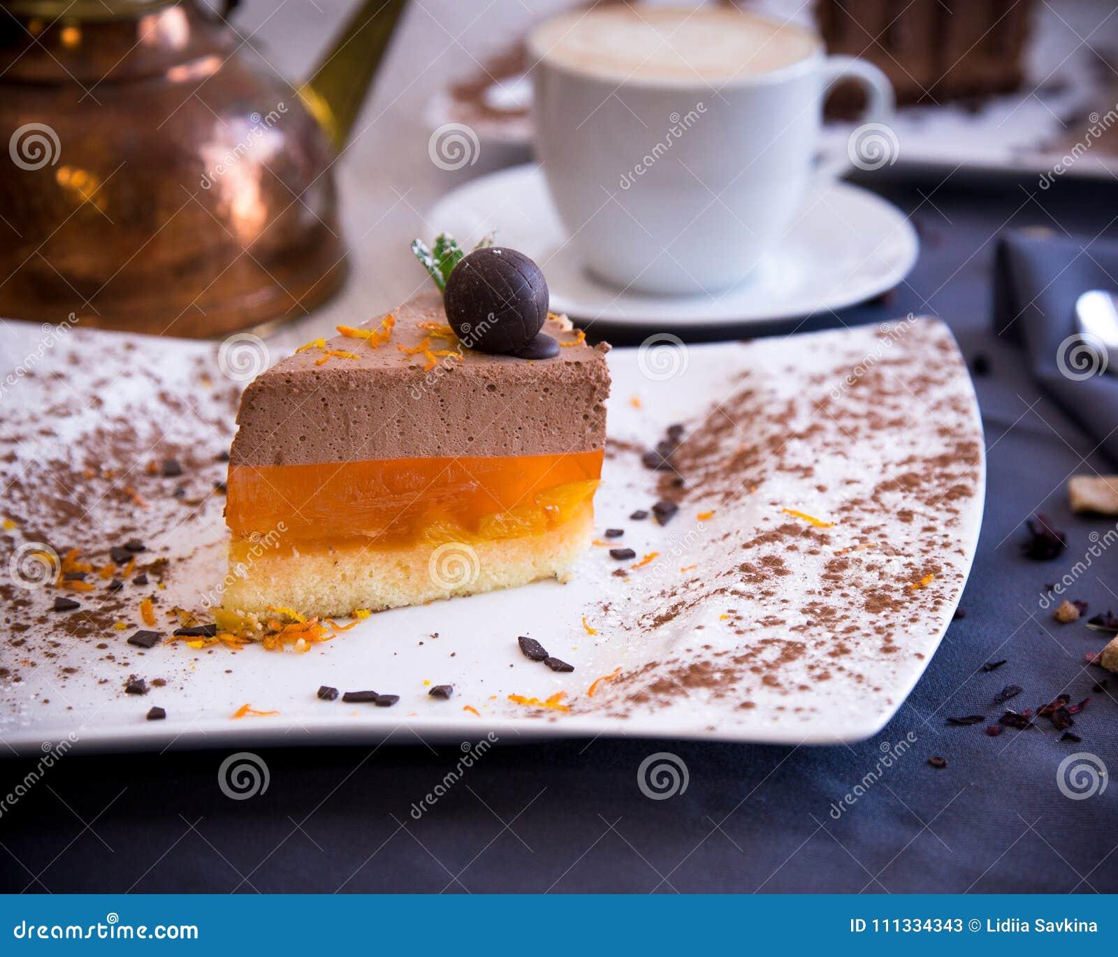 Dessert delicato dal soufflè e dalla gelatina del cioccolato dall arancia