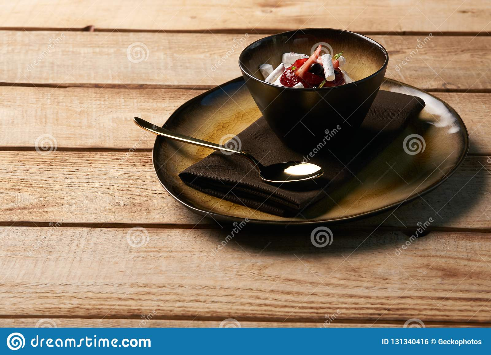 Dessert doux estonien Kama avec la mousse de yaourt, baies sauvages