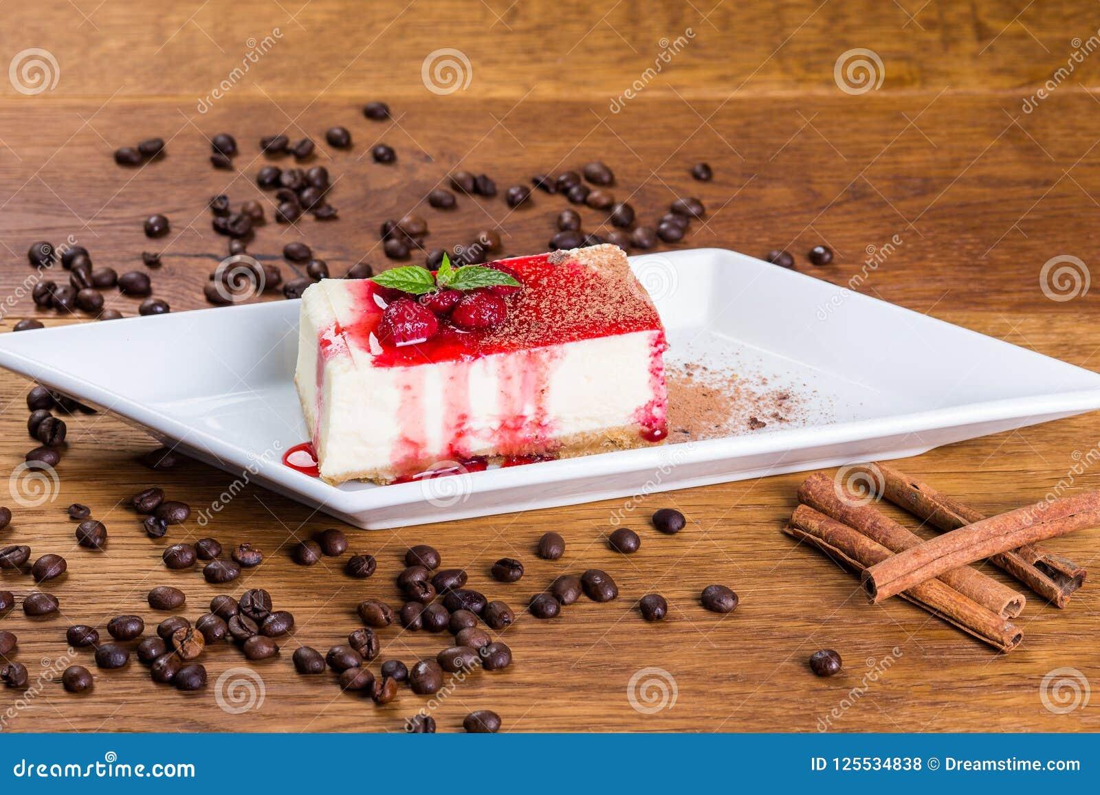 Dessert Gâteau au fromage de lait caillé avec les framboises et le sirop de framboise
